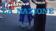Ilary e, sullo sfondo, Francesco Totti all'ingresso dell'aeroporto