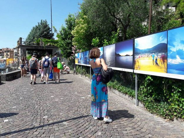 Le fotografie installate sul lungo lago di Monte Isola