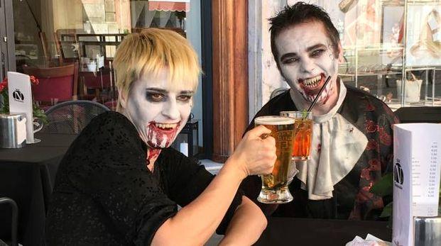 Due vampiri bevono birra al bar