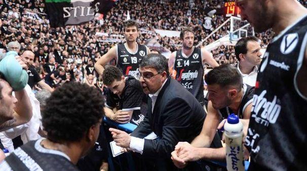 Virtus, Ramagli e la squadra in un time out contro Trieste