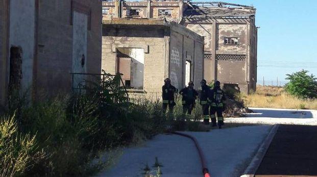 I vigili del fuoco hanno spento l'incendio in un capannone della ex Montedison