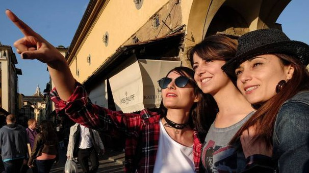 Turiste a Firenze (foto Giuseppe Cabras/New Pressphoto)