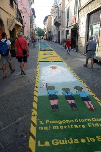 Camaiore, i tappeti di segatura: Gruppo Scout Agesci (foto Aldo Umicini)