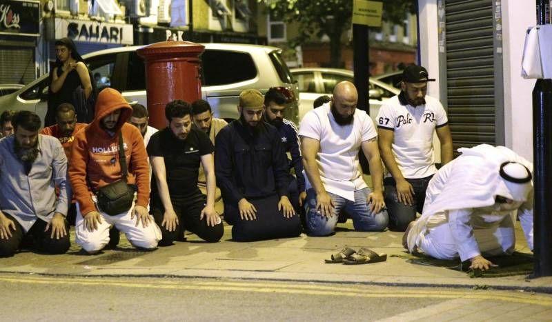 Risultati immagini per Furgone sui fedeli vicino alla moschea: un morto e otto feriti a Londra
