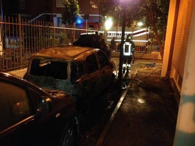 Le auto a fuoco accanto al carcere Don Bosco di Pisa (foto di  Salvatore Federico Salerno)