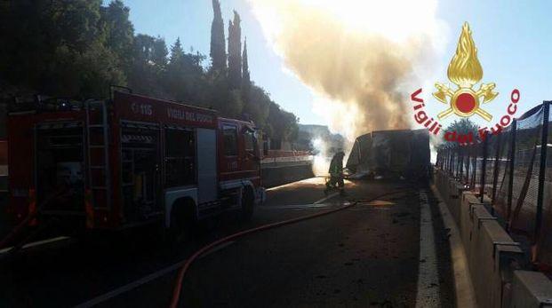 Il camion in fiamme sull'A1