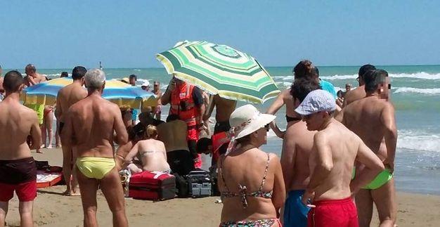 Grottammare (Ascoli): i soccorritori cercano di rianimare l'uomo annegato (Foto Iezzi)
