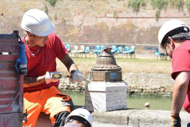 L'intervento per il lampione pericolante (foto Simone Lanari)