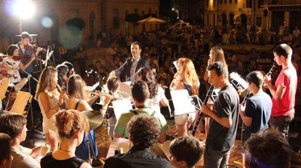 Piazza in festa durante un concerto. La festa della musica è molto attesa