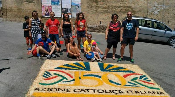 Un gruppo di giovani davanti a un quadro (foto Calvigioni)
