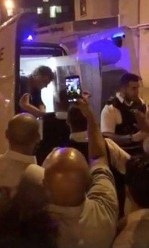 L'uomo portato via dalla polizia (Lapresse)