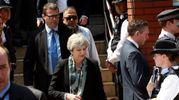 Theresa May lascia la moschea di Finsbury (Anas)