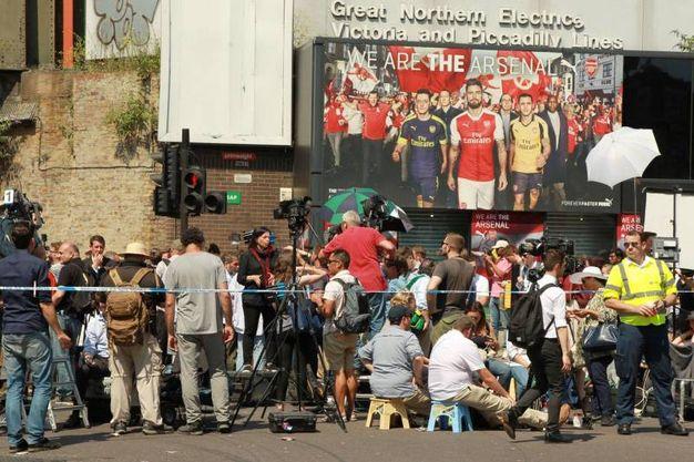 Folla di fotografi vicino alla moschea di Finsbury Park (Ansa)