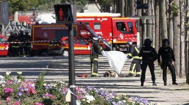 Attentato a Parigi, il corpo senza vita dell'autore (Ansa)