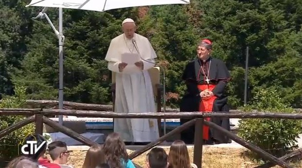 Papa Francesco con l'arcivescovo Betori durante l'incontro a Barbiana