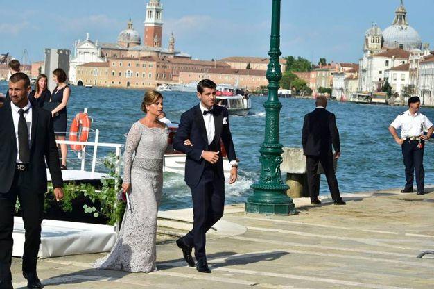 L'arrivo dello sposo accompagnato dalla madre (Lapresse)
