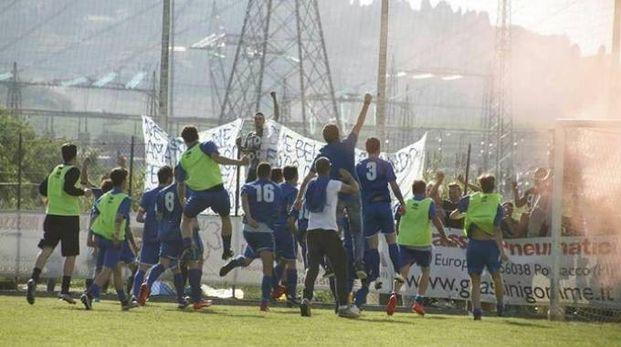 I giocatori del Castiglioncello mentre esultano davanti ai propri tifosi