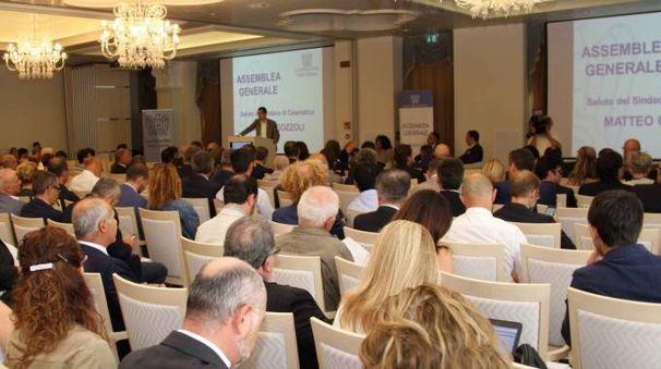 'GRANDI' IMPRENDITORI L'assemblea di Confindustria di Forlì-Cesena tenutasi ieri al Grand hotel Da Vinci con trecento partecipanti. Il presidente Italo Carfagnini  ha elogiato le amministrazioni di Cesena e Forlì. In alto a destra Nerio Alessandri.