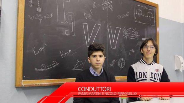 GRANDE IMPEGNO Sopra, due dei protagonisti dello speciale Tg; a destra, la fase delle riprese  come in una vera televisione