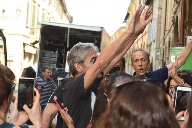 Il saluto ai fan (foto Artioli)