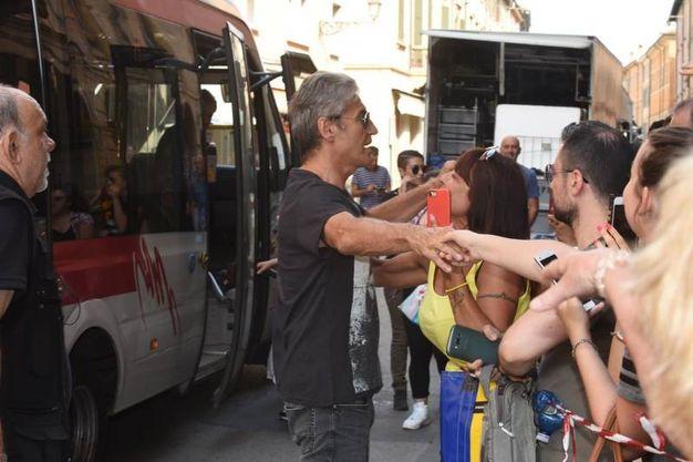 Ligabue si intrattiene con i fan (foto Artioli)