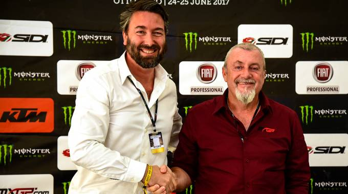 La stretta di mano tra Uberto Selvatico Estense e Giuseppe Luongo di Youthstream