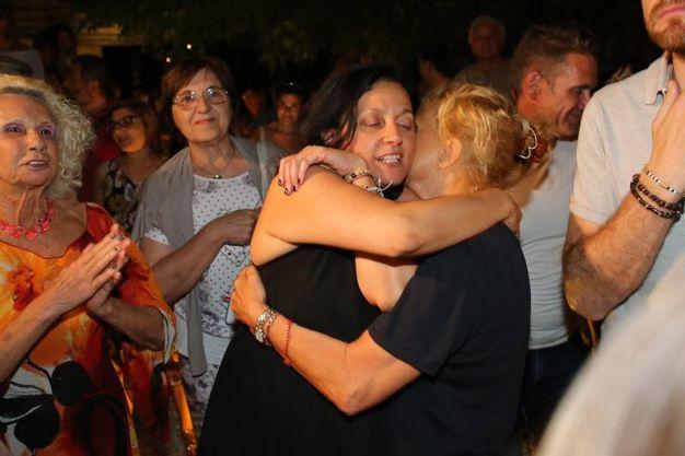 Abbracci e baci dopo i risultati del ballottaggio  (foto Petrangeli)