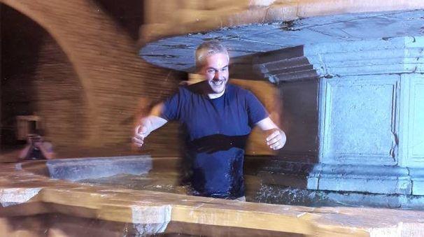 Santarelli festeggia tuffandosi in una fontana