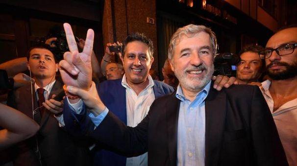 Marco Bucci accanto al presidente della Liguria Giovanni Toti (Ansa)