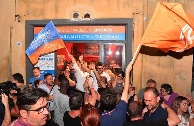 Lucca, Tambellini si conferma sindaco. L'esultanza dei suoi sostenitori (Alcide)