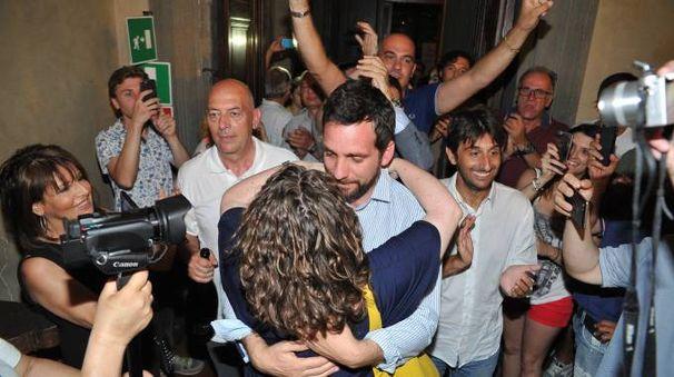 Tomasi entra in Comune insieme ai sostenitori (Acerboni / FotoCastellani)