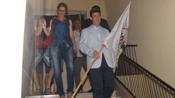 De Pasquale con la bandiera del M5S dopo la vittoria (Delia)