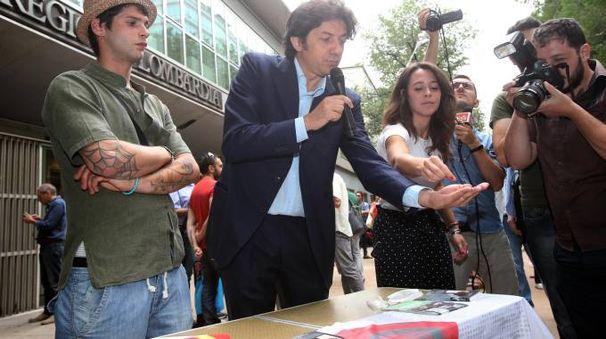 Marco Cappato distribuisce dosi di cannabis per uso terapeutico (Ansa)