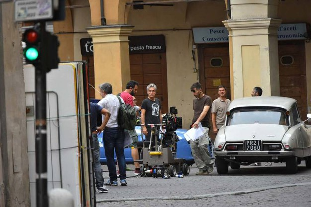 Il set di 'Made in Italy' in piazza San prospero (foto Artioli)