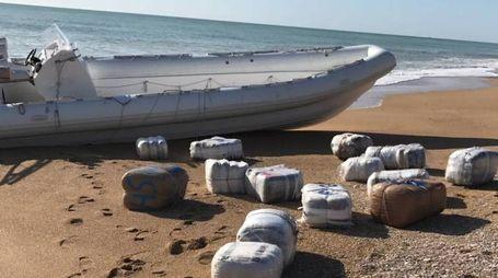 Il gommone d'altura e la droga in spiaggia