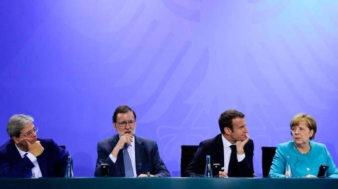 Paolo Gentiloni con i leader europei a Berlino (Afp)