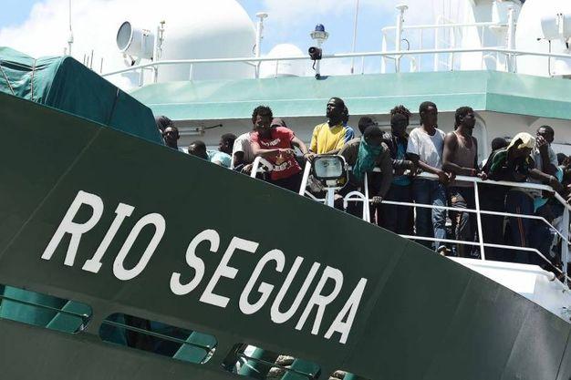 La nave spagnola a Salerno con 1.216 migranti (Lapresse)