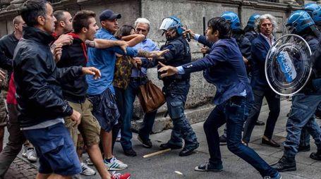 Gli scontri davanti a Palazzo Marino