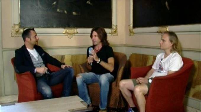 Il chitarrista di Vasco, Stef Burns (al centro), durante l'intervista