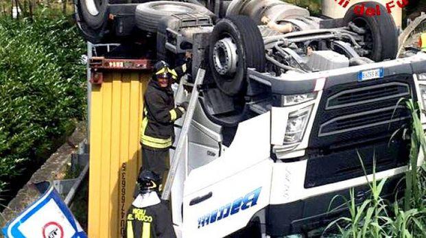 I vigili del fuoco e la gru usata per spostare il pesante mezzo