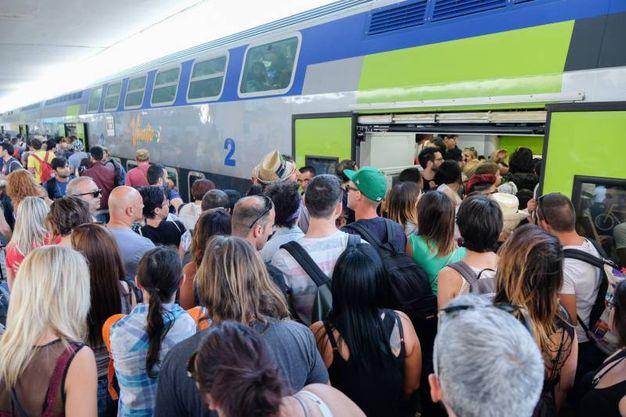 """Inutili gli appelli dei capitreno: """"Il treno è esaurito"""" (foto Schicchi)"""