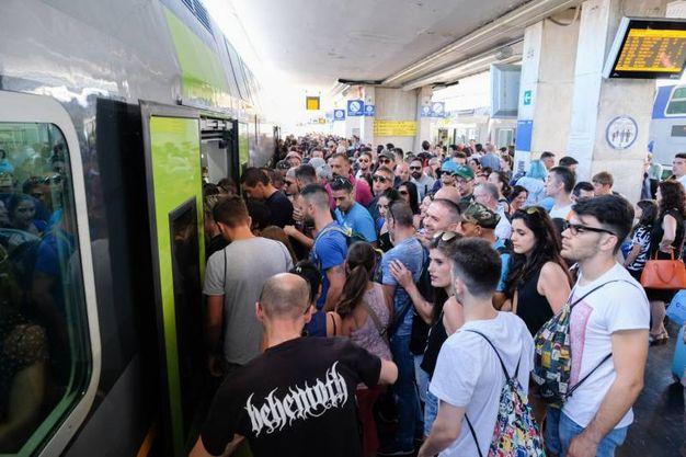 I fan di Vasco in stazione a Bologna (foto Schicchi)