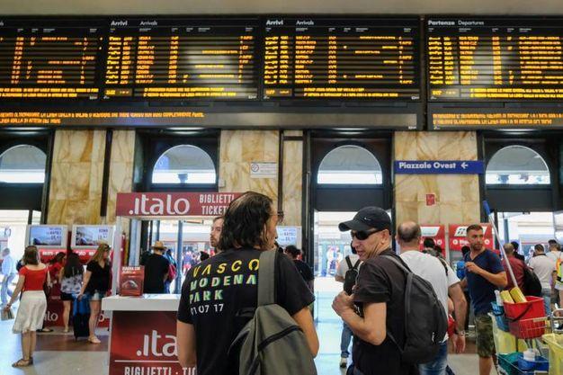 La stazione di Bologna presa d'assalto (foto Schicchi)