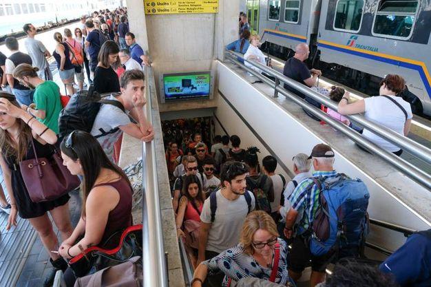 Super lavoro in stazione a Bologna (foto Schicchi)