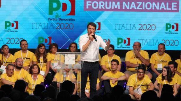 Matteo Renzi sul palco della kermesse milanese del Pd