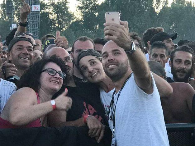 Il figlio di Vasco Rossi fa i selfie coi fans