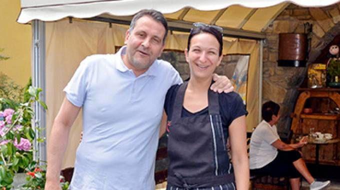 Oreste Giurlani, dimessosi da sindaco di Pescia dopo  gli arresti, con la titolare del locale dove si ieri è svolto il pranzo