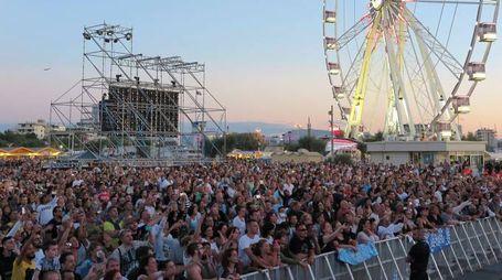 Il concerto di Vasco Rossi dalla spiaggia libera di Rimini (foto Petrangeli)