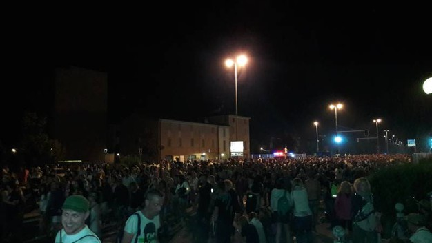 Una marea di persone esce da Modena Park