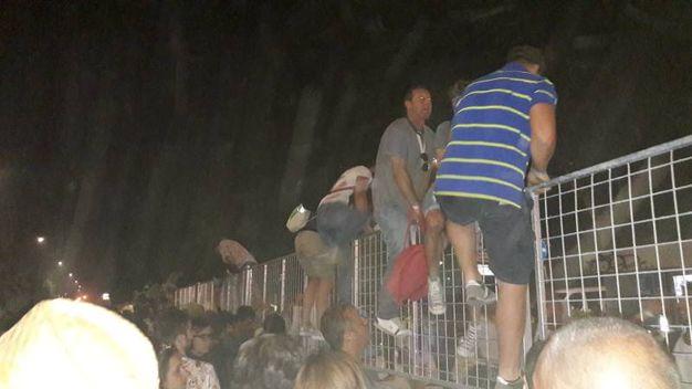 Qualcuno scavalca la recinzione